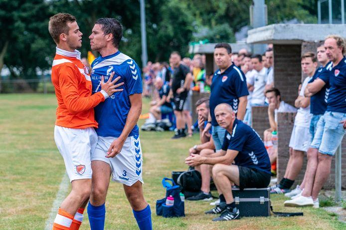 Matiz Garttener van SV Angeren (l) en Emiel van Kol van GVA houden in het veld geen 1,5 meter afstand bij het door liefst driehonderd mensen bezochte testduel tussen de twee Betuwse clubs.