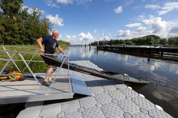 De steiger is zo smal dat de kano alleen rechtuit het water in en uit kan, demonstreert Wim Lammerts.