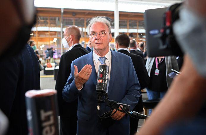 Zittend minister-president Reiner Haseloff (CDU) tijdens zijn eerste reactie na de prognoses waarin zijn partij de verkiezingen in Saksen-Anhalt lijkt te hebben gewonnen.