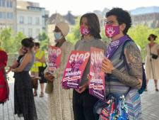 """Opnieuw manifestatie aan stadshal naar aanleiding van 14-jarig meisje dat uit leven stapt na groepsverkrachting: """"Nooit meer"""""""