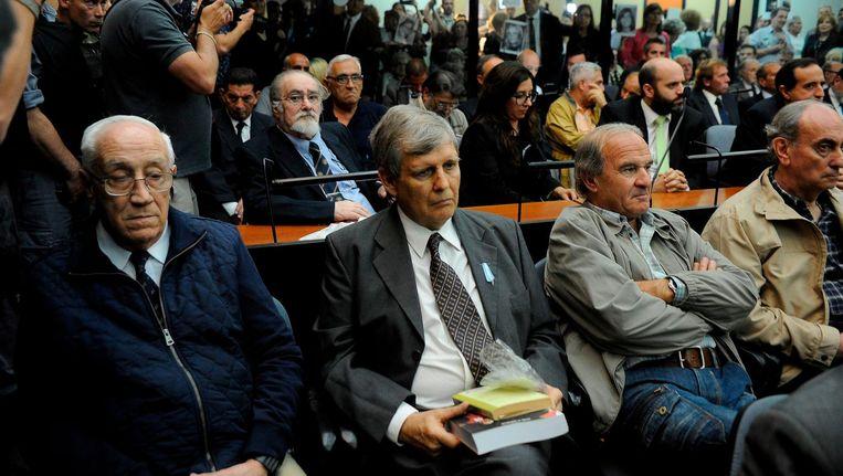 'De Tijger' Jorge Acosta (linksvoor) met naast hem de 'engel des doods' Alfredo Astiz, in de rechtbank in Buenos Aires. Beeld afp