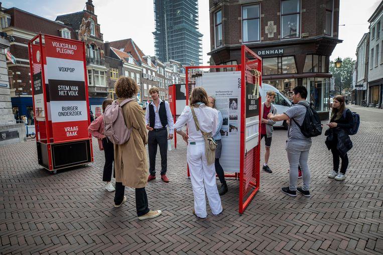 Een pop-uptentoonstelling over de Gouden Koets in Utrecht, waar mensen hun mening over het controversiële vervoermiddel kunnen geven. Op de voorgrond Puck Middelkamp en Frank Blessing.  Beeld Werry Crone