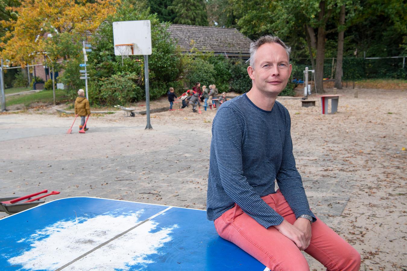 Schooldirecteur Eric Arends beklaagt zich erover dat de gemeente Dalfsen wil bezuinigen op logopedie en vindt medestanders bij andere schooldirecties.
