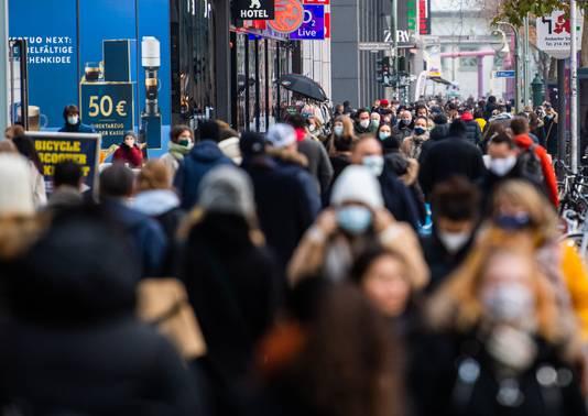 De winkelsluitingen moeten voorkomen dat mensen massaal blijven shoppen zonder de 1,5 meter-regel en/of mondkapjesplicht na te leven zoals hier in de Tauentzienstraße in Berlijn met het bekende Kaufhaus des Westens.