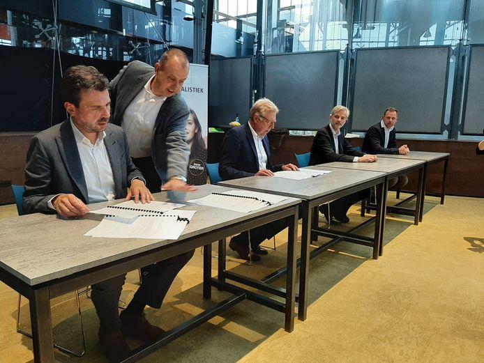 De handtekeningen voor de bouw van Mindlabs worden gezet. Zittend vlnr.: wethouder Berend de Vries, Hans Nederlof (College van Bestuur Fontys), Jack Koch (Ballast Nedam) en Bart Wopereis (BINX Smartility).