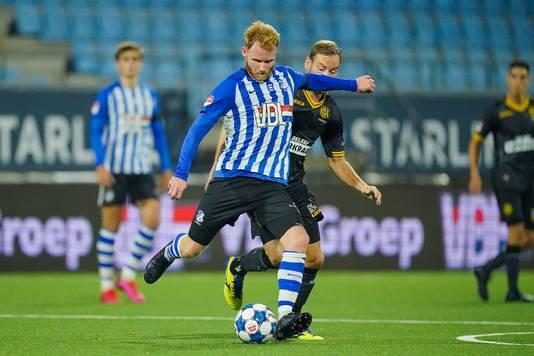 Jort van der Sande in duel met Niek Vossebelt.