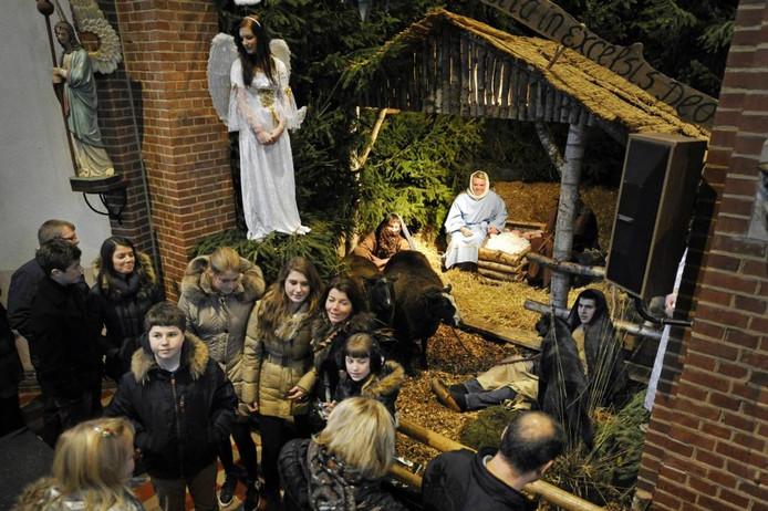 Drukte bij de levende kerststal in Mariaparochie. Foto: Carlo ter Ellen