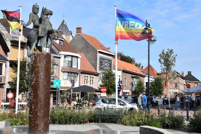 De vredesvlag wappert in het centrum van Maldegem.