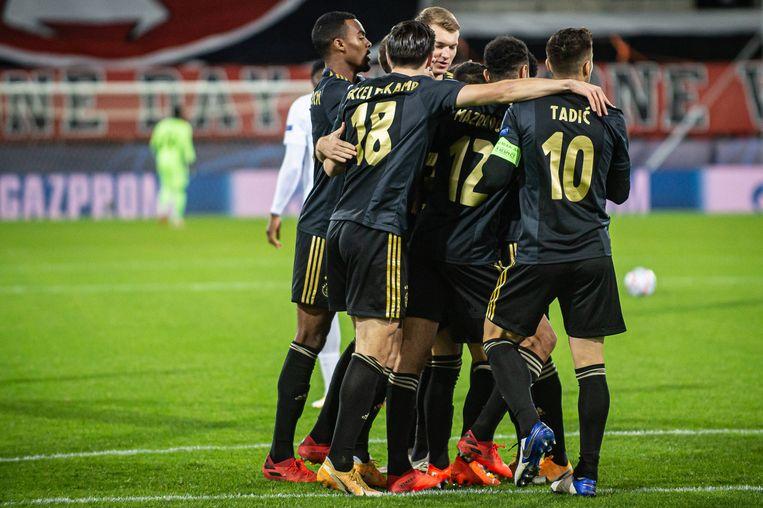 Ajax-spelers vieren het eerste doelpunt in de Champions Leaguewedstrijd tegen Midtjylland.  Beeld BSR Agency