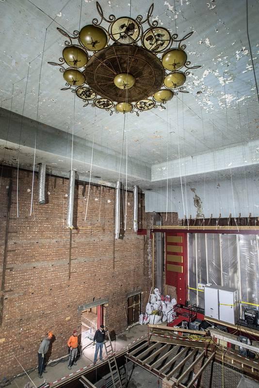 In de grote voormalige bioscoopzaal is het authentieke plafond blootgelegd.