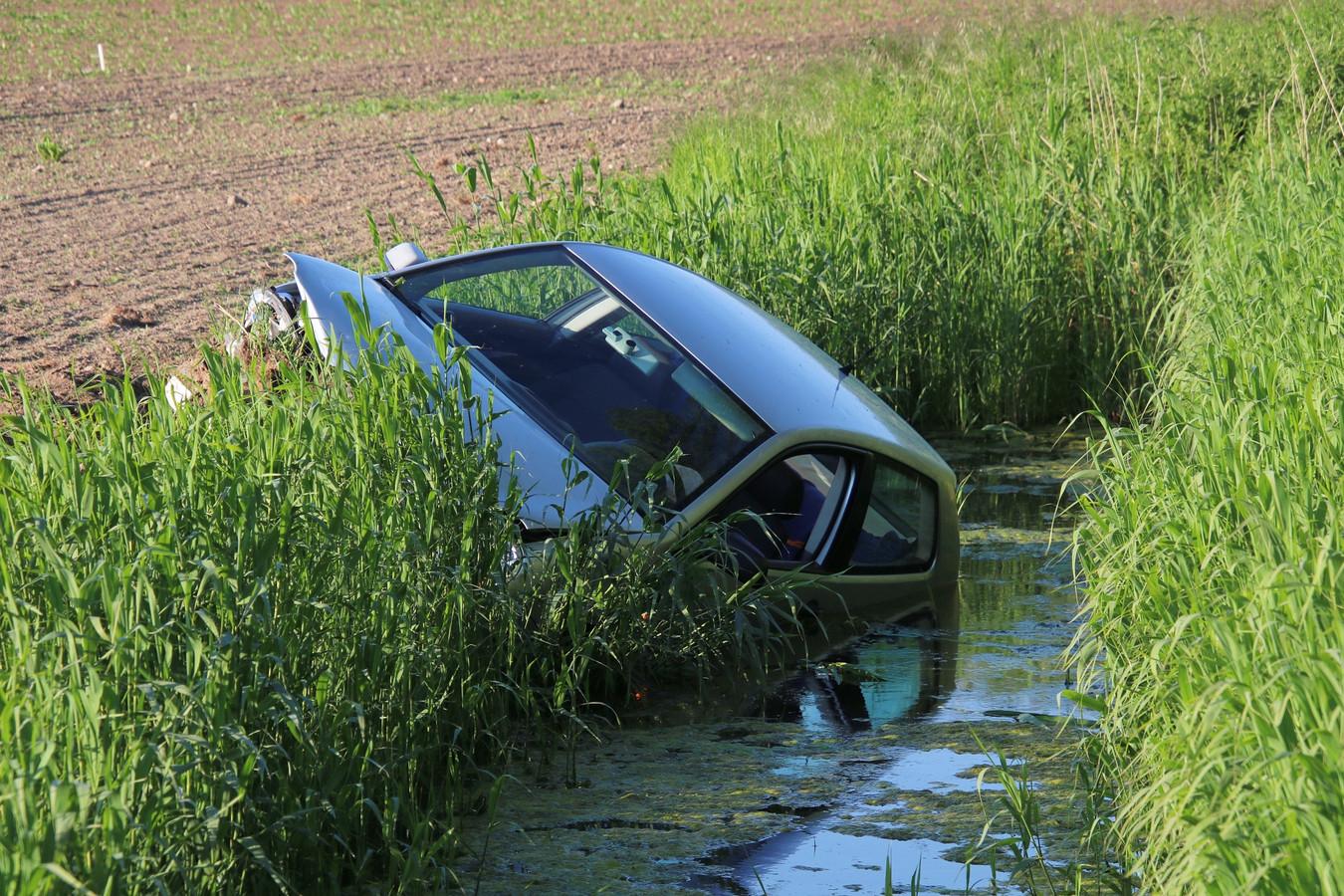 De automobilist vluchtte na het ongeluk de akker op.