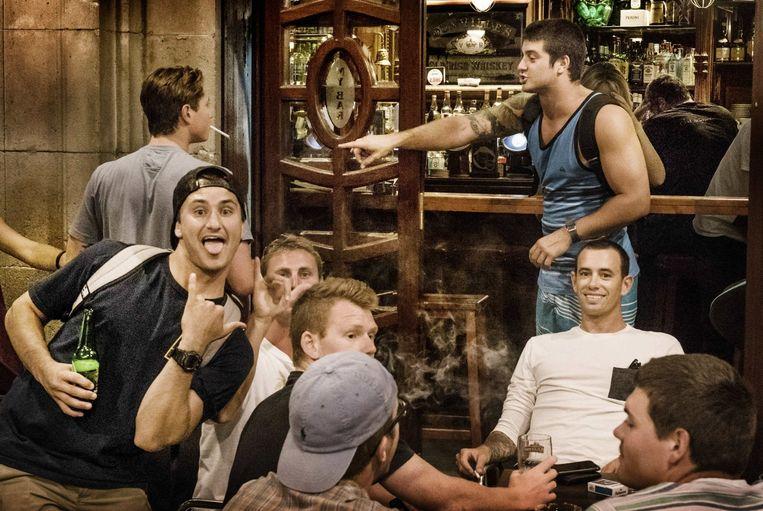 Toeristen, een doorn in het oog van veel Barcelonezen. Ada Colau belooft het probleem van de zuipschuiten aan te pakken Beeld Eric De Mildt