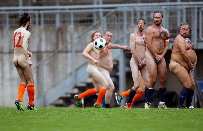 Des footballeurs nus participent à un match de football opposant l'Allemagne aux Pays-Bas pour protester contre ce qu'ils considèrent comme une commercialisation croissante du football professionnel, à Wuppertal, en Allemagne, le 6 septembre 2020.   Image d'archive.