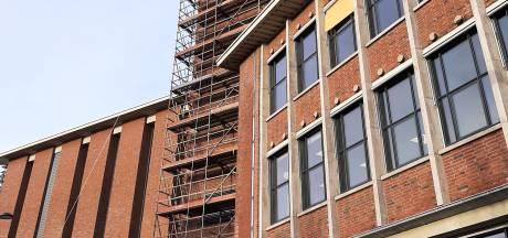 Bizarre en onveilige takelmethode: werk aan Vlissingse stadhuistoren stilgelegd