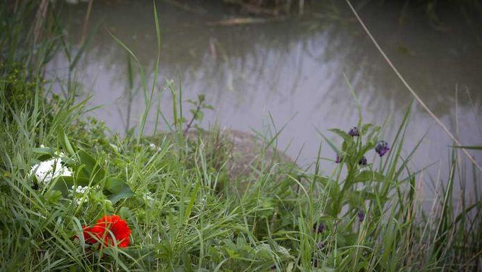 Bloemen bij de plek waar de lichamen van de jongens Ruben en Julian zijn gevonden.