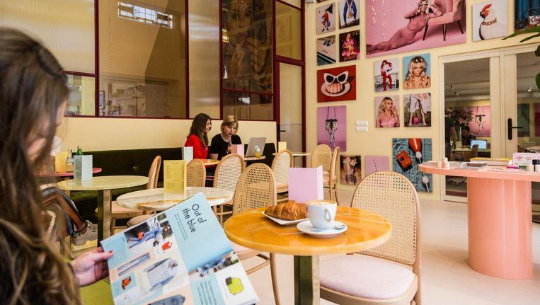 In lijn met het tijdschrift en het digitale platform voert de kleur roze in &C Store de boventoon. Beeld Tammy van Nerum
