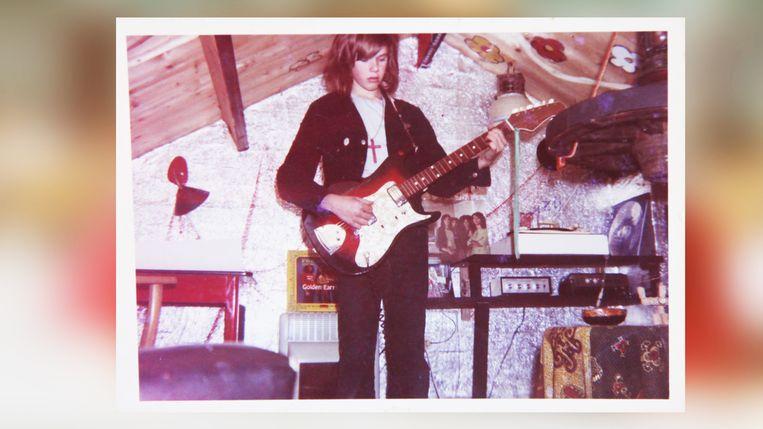 Op intuïtie en gevoel vormde hij uit blokken hout de prachtigste gitaren, onderwijl filosoferend over het leven. Beeld RV