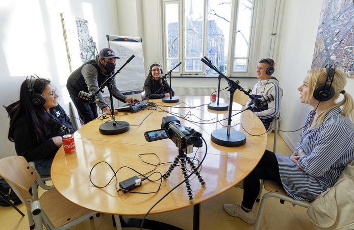 Yasmir Attaf (tweede van links) met vier jongeren die op het punt staan een podcast op te nemen in het jongerencentrum van B-Town in Boxtel.