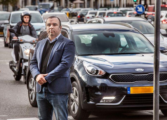 Drukte en gevaarlijke verkeerssituaties op de Vaillantlaan. Adeel van NIDA.(Den Haag 24-09-20) Foto:Frank Jansen