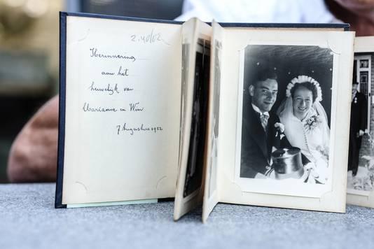 Fred van den Broek is blij met het trouwboek uit 1952 van zijn ouders dat verdwenen was maar gelukkig werd teruggevonden in een kringloopwinkel.