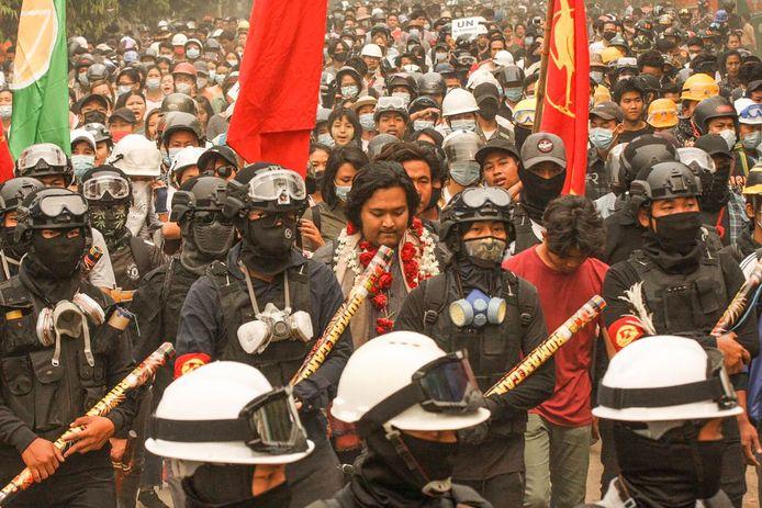 Activist Wai Moe Naing tijdens een demonstratie tegen de militaire staatsgreep.