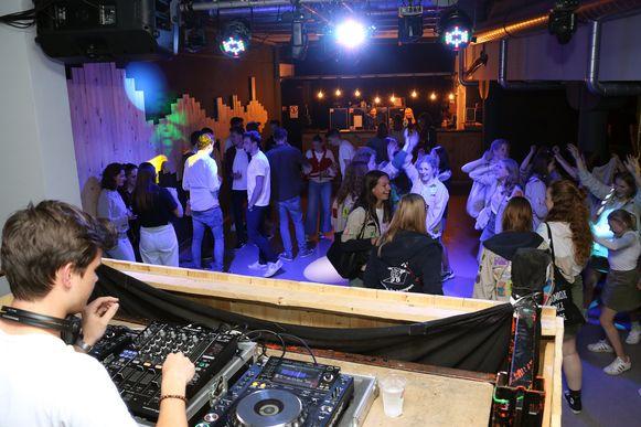 De opening van het nieuwe jeugdhuis Tiener in Herentals werd ingezet met een feestje.