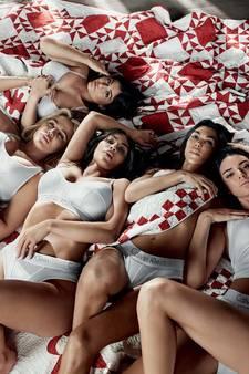 'Zwangere' Kylie Jenner houdt buik verborgen bij nieuwe shoot met zussen