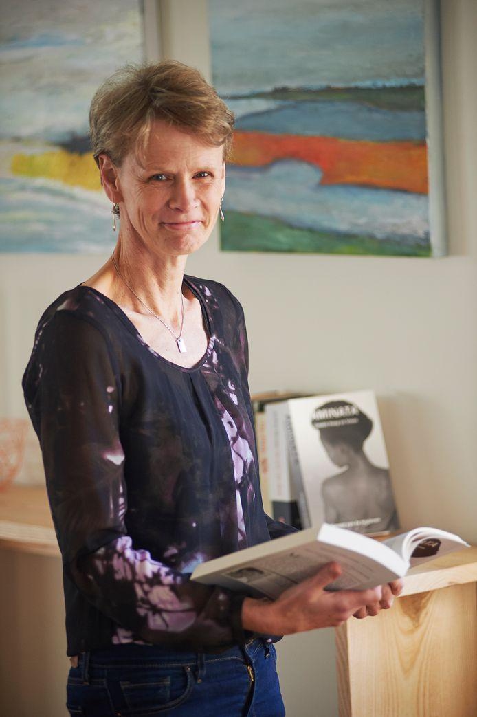 Simone van de Wijdeven uit Reek met haar boek.