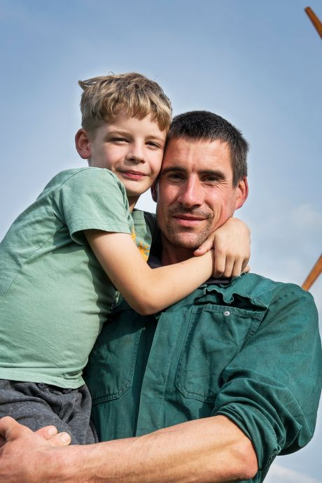 Hugo is een 'grensgeval': zijn boerderij ligt in twee gemeenten, dus een windmolen op zijn erf is moeilijk