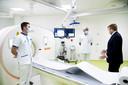 Koning Willem-Alexander bezoekt de Covidafdeling van het HMC Westeinde Ziekenhuis.