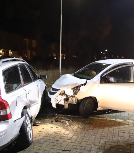 Bestuurder ramt twee geparkeerde auto's op T-splitsing in Tiel