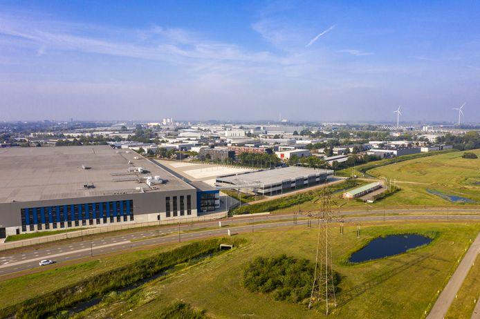 Het DC van Lidl in Roosendaal met in het midden de werkloze parkeergarage,