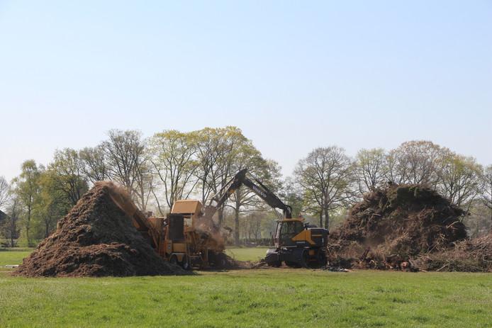 In opdracht van de organiserende stichting wordt het hout van de paasvuurberg in Dijkhoek versnipperd.