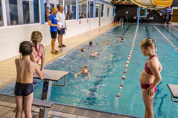 Kinderen zwemmen in het zwembad van Hemiksem, maar dat zwembad doet in 2021 de deuren toe.
