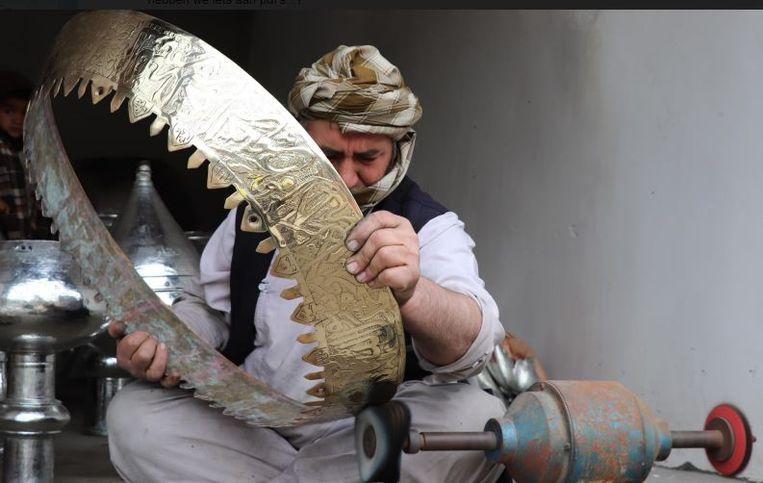 Een kopersmid in Mazar-i-Sharif. Beeld British Council