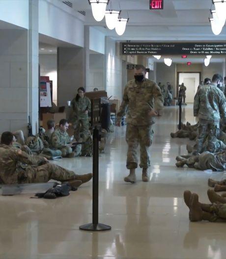 Des soldats de la Garde nationale américaine dorment dans les couloirs du Capitole en attendant l'investiture de Joe Biden