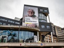 Metershoge poster van Leo bij het Deventer station leidt tot nieuwsgierige blikken: 'Is hij een schrijver?'