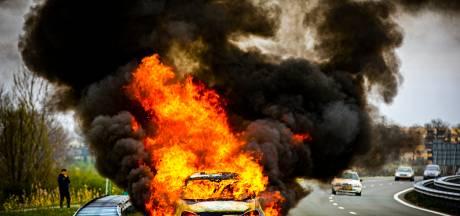 Auto brandt volledig uit op A348 bij Velp, bestuurder komt met de schrik vrij