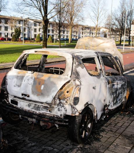 Auto brandt volledig uit op Nassauweg in Dordrecht