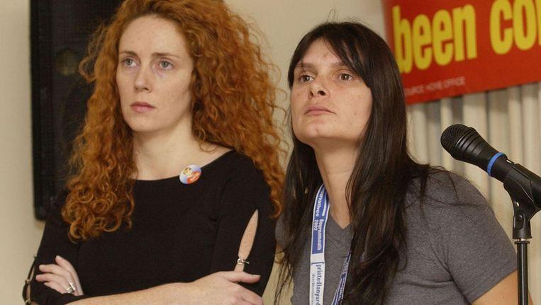 Rebekah Brooks (links), destijds hoofdredacteur van News of the World, en Sara Payne, moeder van de ontvoerde en vermoorde Sarah op een foto uit 2002. Beeld AP