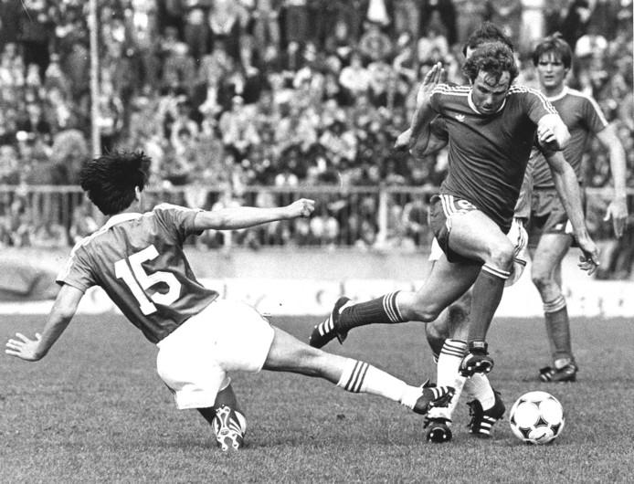 27 april 1980, FC Twente-AZ'67 (4-1): Aad Kila passeert Ronald Weijsters (15) en is op weg naar een treffer.