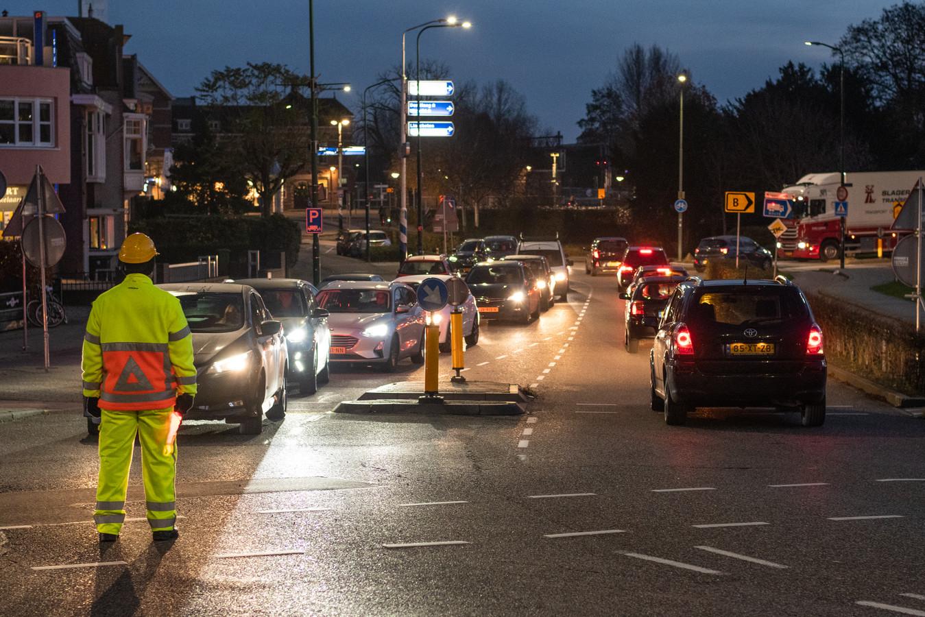 Om het verkeer nabij de Oostdam in goede banen te leiden, heeft de gemeente verkeersregelaars ingezet.