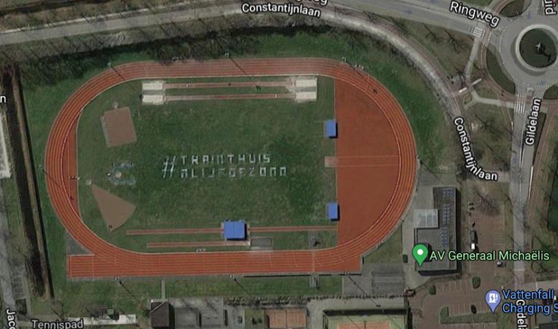 Op de atletiekbaan in Best is ook een tekst te zien n.a.v. de eerste lockdown. #trainthuis #blijfgezond