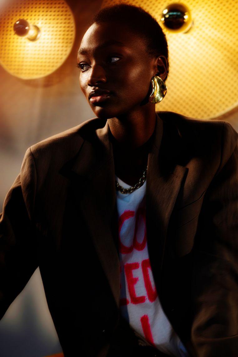 Kostuum: Arket. T-shirt: Vetements bij Louis. Halsketting: Calvin Klein. Oorbel: Jil Sander. Beeld LALO + EVA