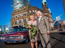 Romantisch! Dit stel is 60 jaar getrouwd en viert dat met een rit in een Chevrolet én een slotje aan de brug