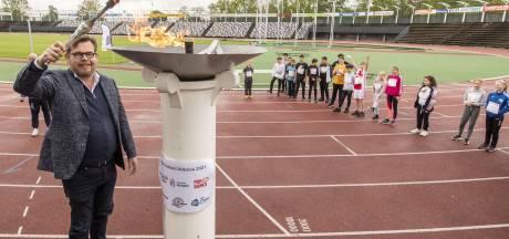 Leerlingen stoeien met horden tijdens Hengelose atletiekdagen in FBK-stadion
