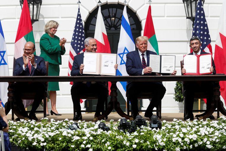 De minister van Buitenlandse Zaken van Bahrein Abdullatif Al Zayani, de Israëlische premier Benjamin Netanyahu, de Amerikaanse president Donald Trump en de minister van Buitenlandse Zaken van de VAE Abdullah bin Zayed tekenen de Abraham-akkoorden. Beeld REUTERS