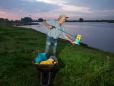 Als de feestgangers weg zijn, verschijnt Joris op  Wageningen Beach: 'De laatste dagen zat ik aan twee volle vuilniszakken'