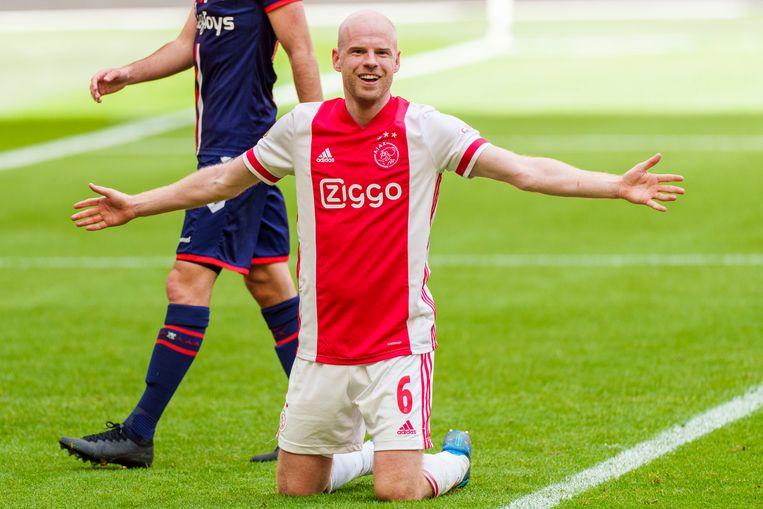 Davy Klaassen viert zijn 4-0 tegen Emmen.  Beeld Pro Shots / Jasper Ruhe