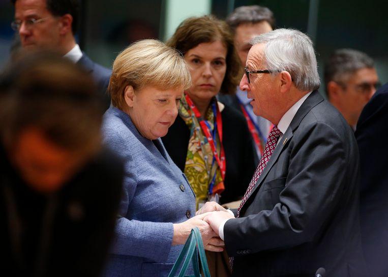 Merkel en Jean Claude Juncker in Brussel, november 2018. Juncker: 'Ze gaf mij als Luxemburgs premier de indruk dat ik net zo belangrijk was als Chirac of Sarkozy. Ik geloofde dat niet maar zij wel.'  Beeld EPA